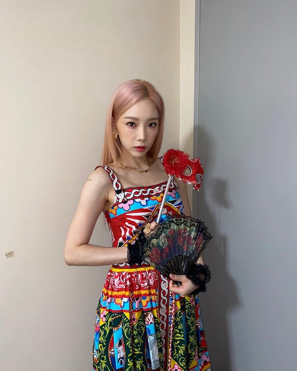 taeyeon with a fan idk
