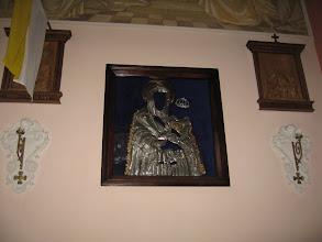 Photo: W ołtarzu bocznym znajduje się obraz Matki Boskiej z Dzieciątkiem w typie Śnieżnej. Na zdjęciu srebrna sukienka z XVII wieku.