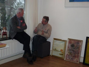 Photo: Obrazy Teresy Mirańskiej; sprzedaż na WOSP. Dyrektor Polskiej Poradni Zdrowia Psychicznego naradza się z przyjacielem jaki obraz kupić.
