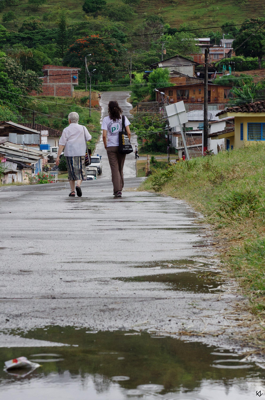 Photo: Cada mes la incansable hermana Maritze, fundadora de la Asociación de Familiares de Víctimas de Trujillo (AFAVIT) visita el pueblo. Esta comprometida defensora de derechos humanos se resigna al acompañamiento debido a las amenazas que le impiden acudir sola a Trujillo.