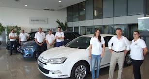 Para ofrecer la mejor experiencia a sus clientes, Salinas Car cuenta con un equipo de profesionales de primer nivel formado por más de 40 personas.