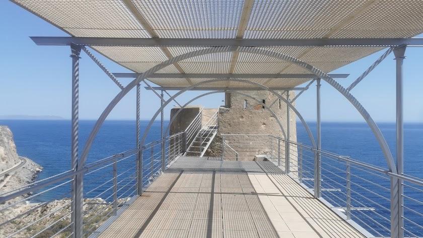 La terraza adosada a la vieja torre vigía es posiblemente el mayor atractivo de un alojamiento singular.