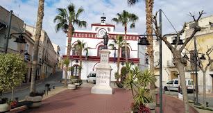 Este pueblo acoge entre sus calles la plaza de la Constitución, lugar donde destacan dos edificios burgueses del año 1884.