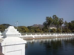 Photo: V dáli je posvátný Mandalayský vrch.