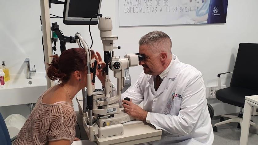 El Doctor Diego Cuevas en la nueva Unidad de Cirugía Refractiva del Grupo Oftalmológico en HLAMediterráneo Especialidades.