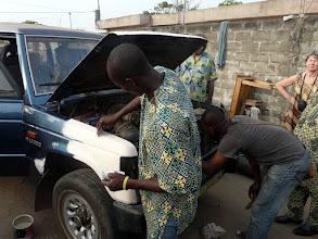 Photo: redescendu à Cotonou, notre vieux 4x4 subit les derniers soins !