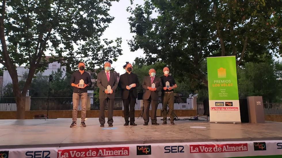 Los cinco galardonados en los Premios Los Vélez.