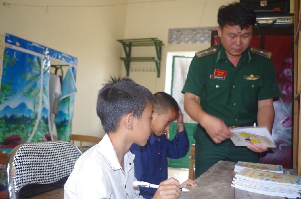 CBCS Đồn Biên phòng Na Ngoi hướng dẫn 2 em Mùa Bá Sâu và Vi Dương Cầm học bài
