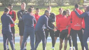 José Gomes hablando con los jugadores rojiblancos.