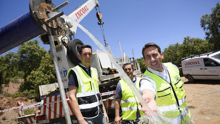 El vicepresidente de la Diputación Óscar Liria comprueba la salida del agua del nuevo pozo.