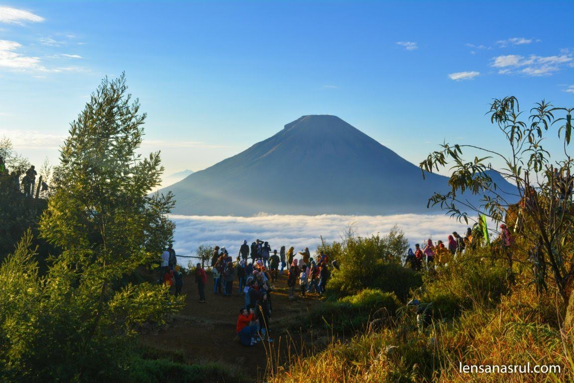 Panorama Bukit Sikunir melihat Gunung Sindoro