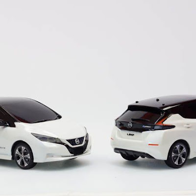 3d printing gallery image of two nissan leaf car miniature models, painted with automotive gloss