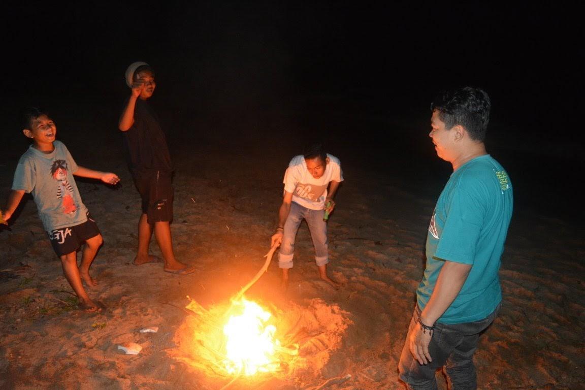 Api unggun di siapkan untuk bakar Ayam