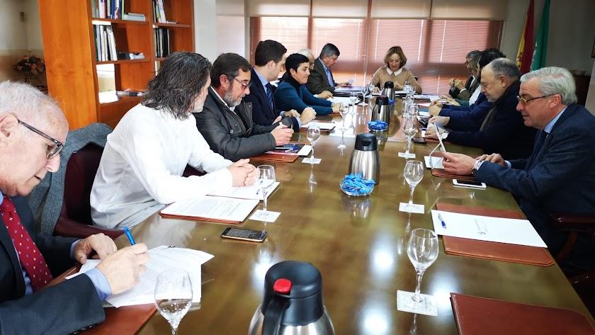 miembros del Consejo de Administración del Puerto reunido ayer.