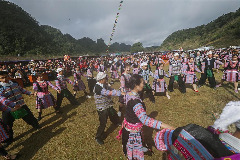 tiếp đó đông bào dân tộc Mông cùng du khách sẽ cùng nắm tay nhau nhảy những điệu múa, cùng chơi các trò chơi truyền thống của đồng bào Mông