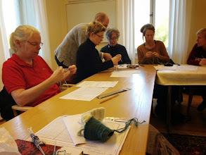 Photo: Ivar Asplund håller workshop i Tvåändsstickning - senare på eftermiddagen höll han kurs i Spetsstickning.