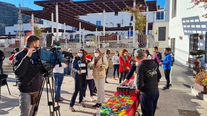 Reporteros de la cadena Telecinco cubriendo la celebración del Año Nuevo en Mojácar.
