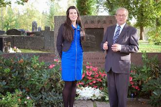 Photo: Panu Rajala (oik.) piti puheen Frans Emilin ja Sigridin haudalla. Vieressä Vilja Pylsy. Hauta sijaitsee Hämeenkyrön vanhalla hautausmaalla.