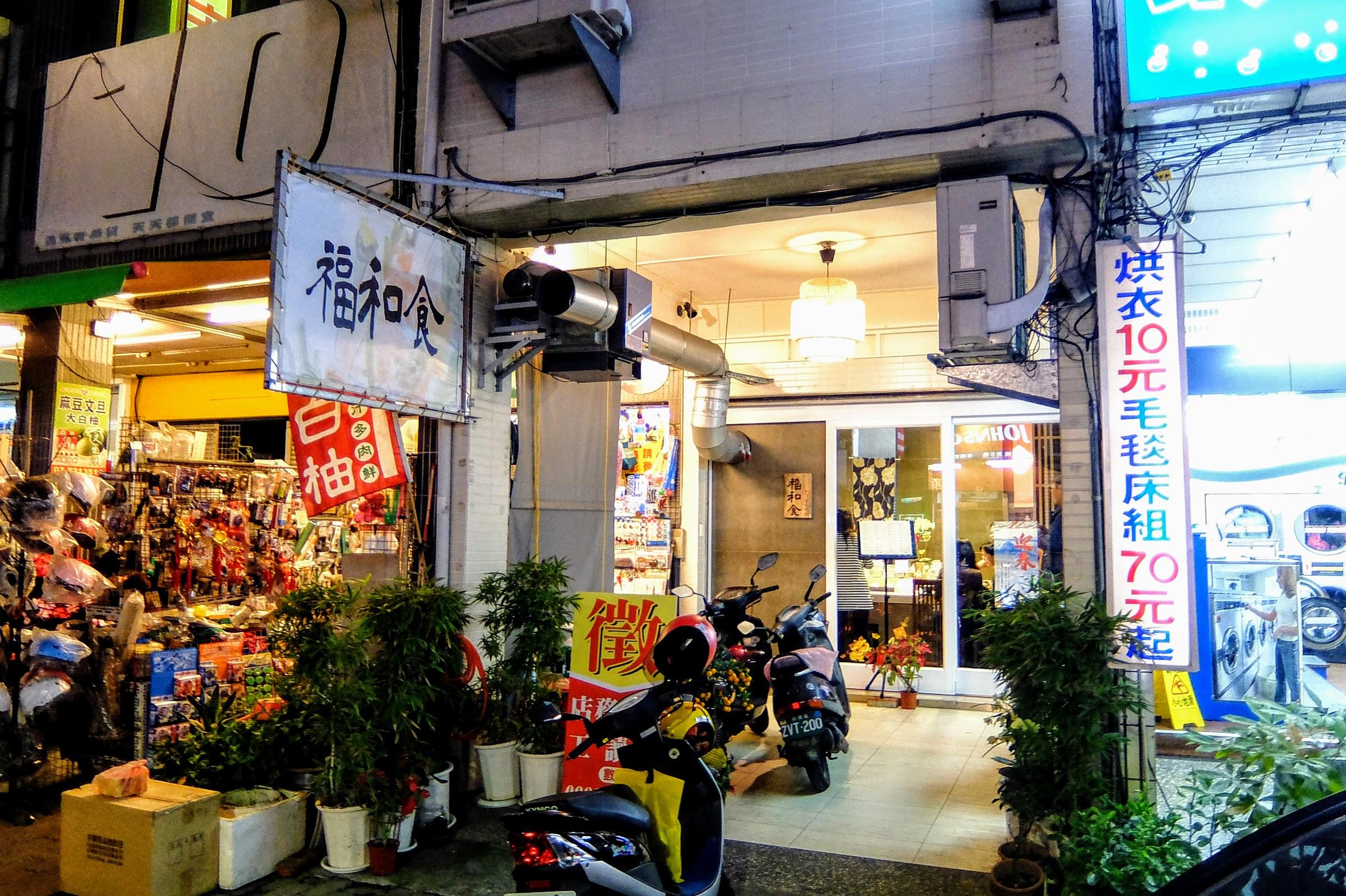 店門口,招牌不大,基本上連騎摩托車經過都會不小心忽略啊