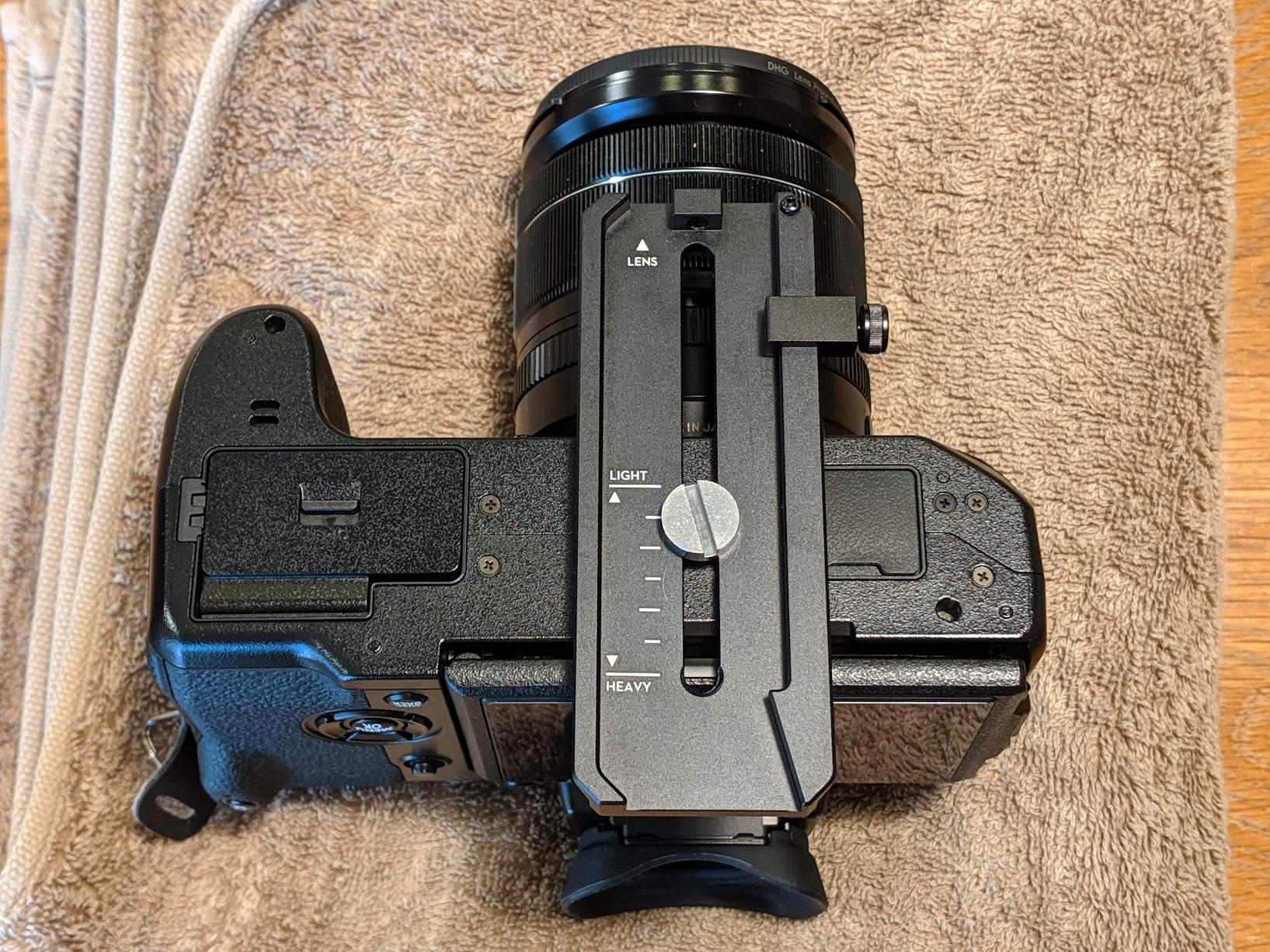 カメラの三脚穴にクイックリリースプレートを装着した状態