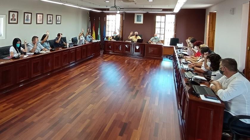Votación durante el pleno del Ayuntamiento.