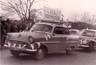 Photo: 1961: Deutsche Vizemeister aus Deilinghofen werden in Hemer gefeiert - die Limousine gehörte Brinker