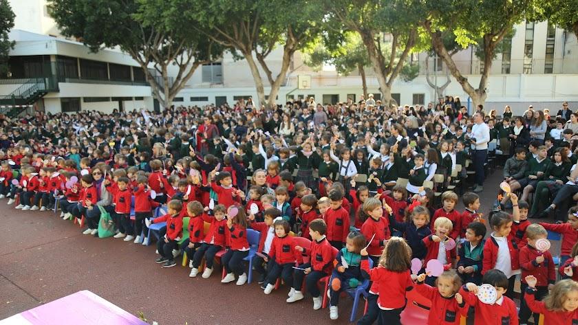 Alumnos celebrando las \'Mil Albricias\' en el patio del centro