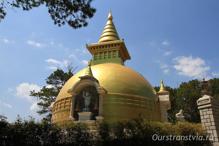 Золотая ступа в далатском монастыре Чук Лам