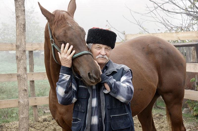 Казак Михаил Михайлович Зыков трепетно относится к домашним животным, особенно любит лошадь Алёнку