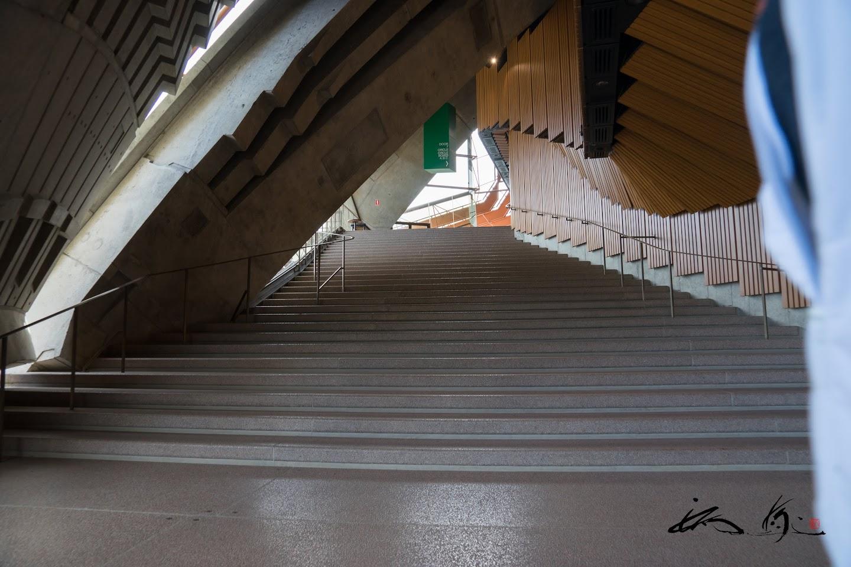 コンサートホールへの長い階段