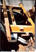 Photo: T4 lang Fahrgestell: Heckbereich mit Reserverad. Der Holzbalken trägt die Überführungskotflügel die ich später in die Radkästen der Leerkabine geschraubt habe.