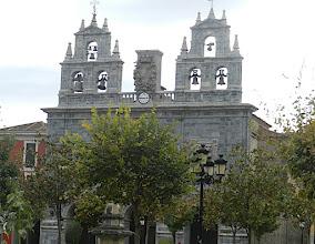 Photo: 14h36 Orduña ou Urduña(exclave de Biscaye), Café sous les arcades face à deux clochers trinitaires de l'église