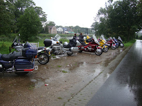 Photo: Aangekomen in Lieren bij de tussenstop,  waar een  heerlijke en uitgebreid buffet klaarstond voor ons. Het terras was niet opgesteld, want de enige plek waar het droog was, was onder de Partytent van de Motorclub Veenendaal!