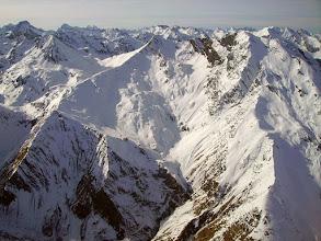 Photo: Vision aérienne sur la station de ski du cirque du Lys (Cauteret) dominée par le Moun Né (ou pic de Monné) 2724m et le Soum de Grum (2657m). A l'horizon à tout gauche le Balaïtous 3144m.