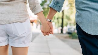 Una pareja pasea de la mano.