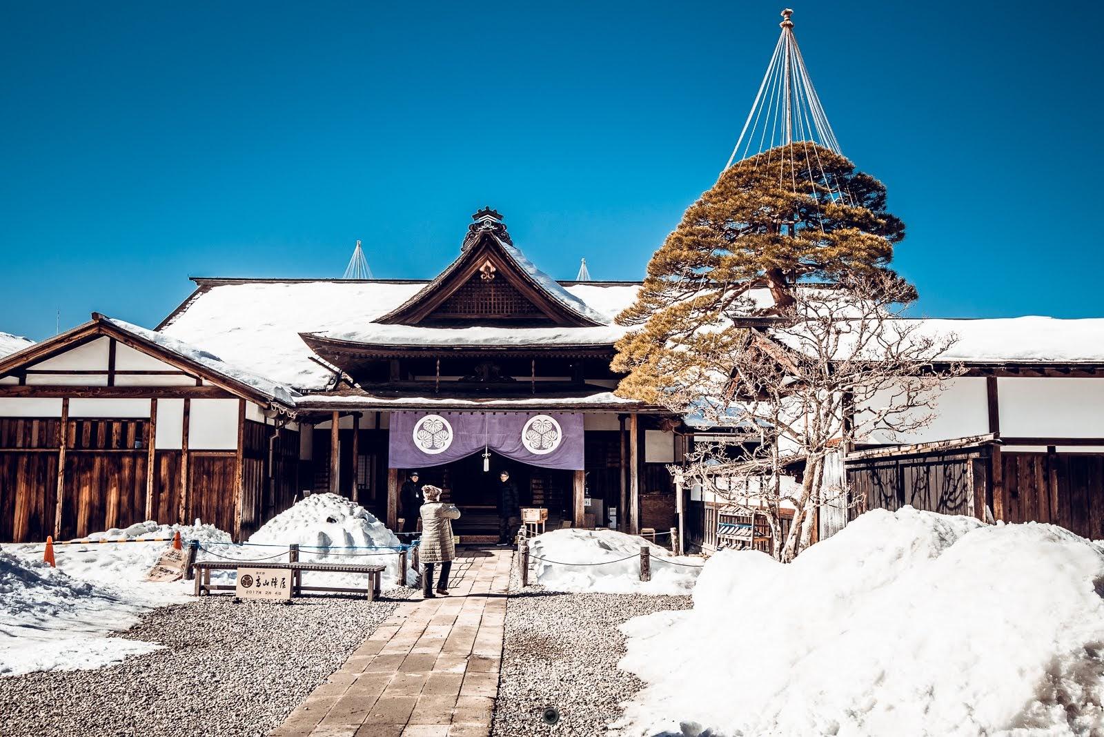 高山陣屋的主體建築,因為高山市是年降雪量很高的地區,樹木上也有預防大雪壓壞的「雪釣」。