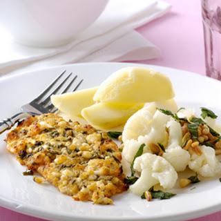 Kalkoenschnitzels Met Een Kruidenlaagje, Gebakken Aardappelen En Bloemkool