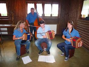 """Photo: Unter der Leitung von Frau Beatrice Tschümperlin (links) spielten die Jungmusikanten """" Oergeliflitzer""""  am Prominenten-Apéro im Grillraum"""