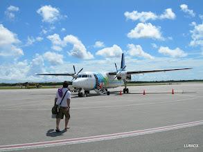 Photo: Lucas caminando hacia el Fokker 50 de Insel Air que nos llevo de Bonaire a Curazao