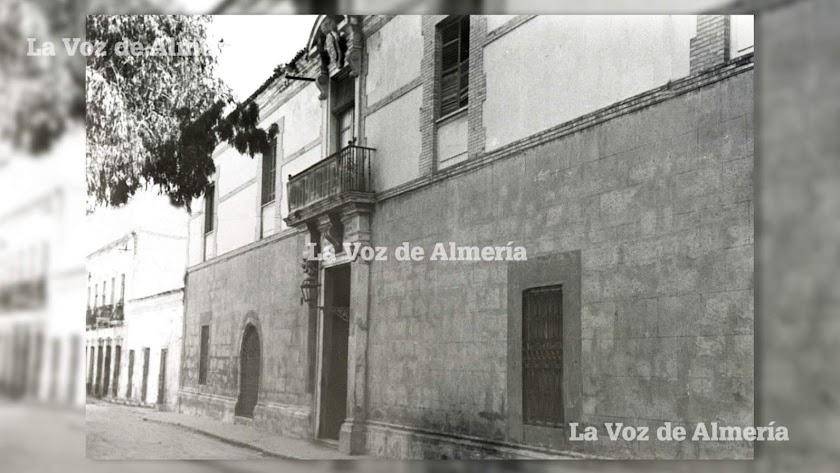 Fachada principal del Hospital Provincial de Almería, que en los últimos años del siglo diecinueve presentaba en su interior un aspecto ruinoso.