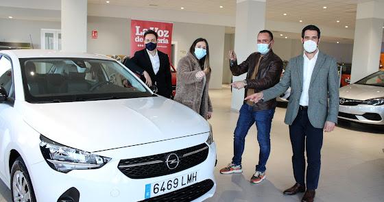 Rubén y Encarni reciben su Opel del sorteo organizado por La Voz