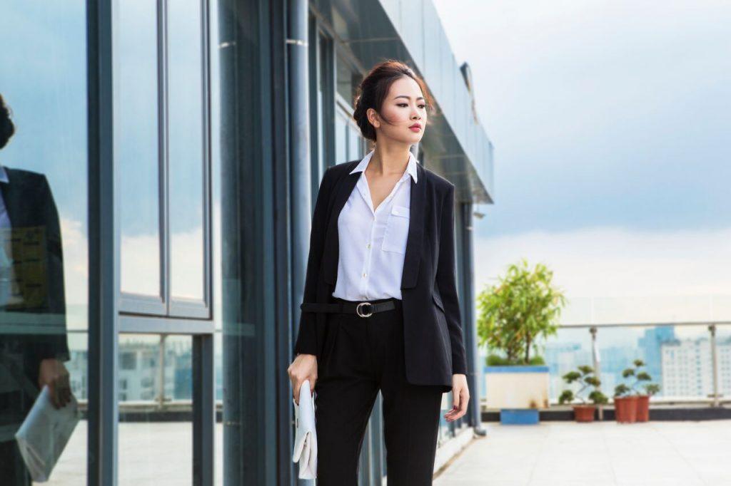 Áo blazer kết hợp cùng áo sơ mi và quần âu