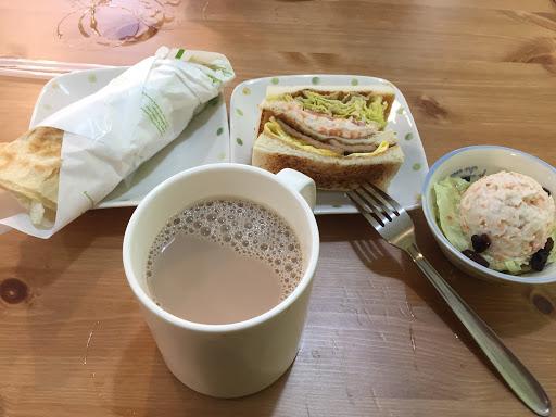 一進去餐廳後,馬上感受到服務人員的熱情介紹,食材用料實在,非常扎實,店員強調都是自家醃製的肉片,吃得出來跟一般早餐店的不同。 而最印象深刻的事,用餐途中不慎打翻紅茶,店員馬上前來關切,不僅馬上前來幫忙