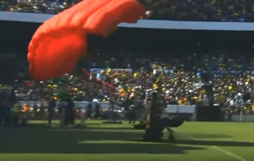 WATCH | Member of sky diving free-fall team crashes into pole during presidential inauguration