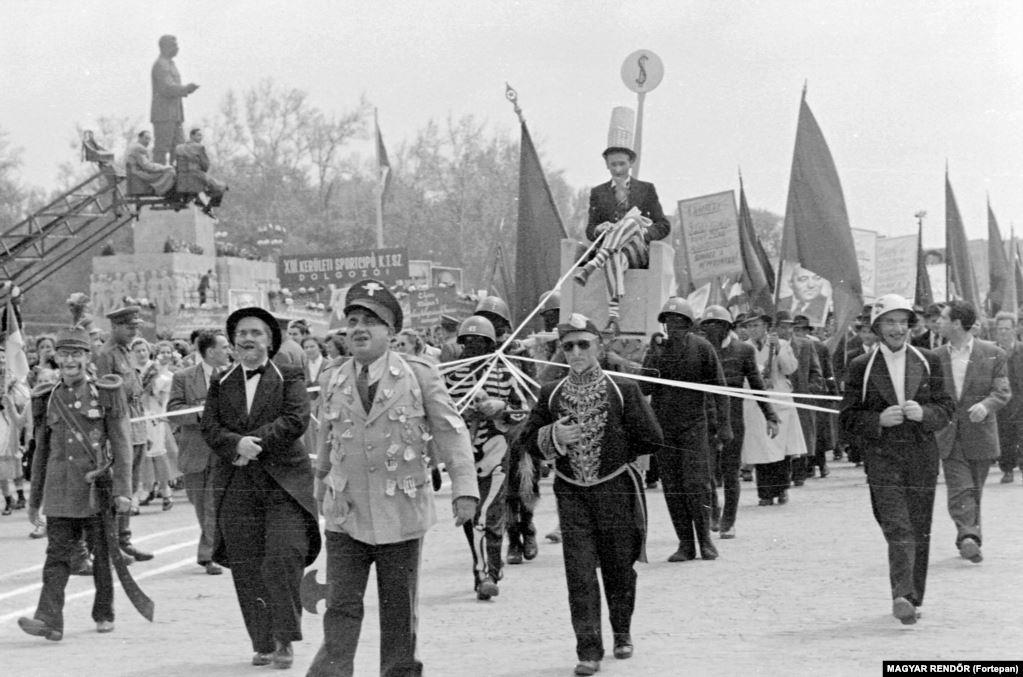 Дядя Сэм (на троне) управляет парадом – таков был сарказм – перед памятником Сталину в 1954 году. Всего через два года этот памятник снесут во время массовых антикоммунистических протестов, которые вошли в историю под названием Венгерская революция 1956 года