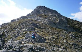 Photo: Dejamos el camino para iniciar la cresta por unos suaves lomos de hierba y piedra.