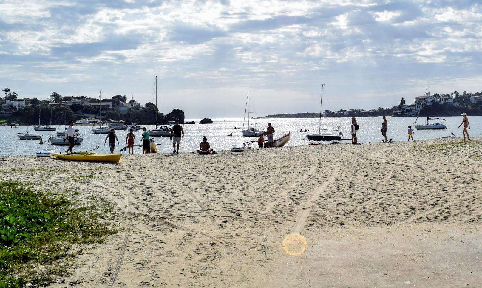 Caiaques e outras embarcações náuticas na praia da Curva da Jurema, em Vitória