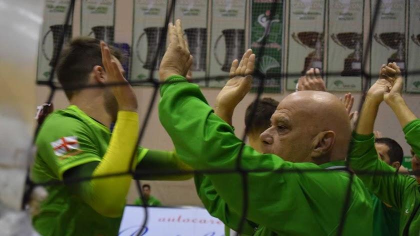 Piero haciendo piña con sus jugadores.