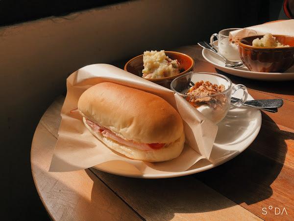 點了培根嫩蛋還有牛肉嫩蛋~ 🤤漢堡皮相當好吃,與食物的組合整個很完美,店裡也很好拍照😂😂😂😂😂