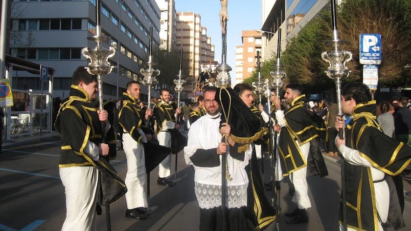 El viento se ha dejado notar con fuerza en el desfile procesional de Caridad.